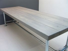 Tafel nieuwe balken 24 5x7cm steigerbuis met greywash pipe