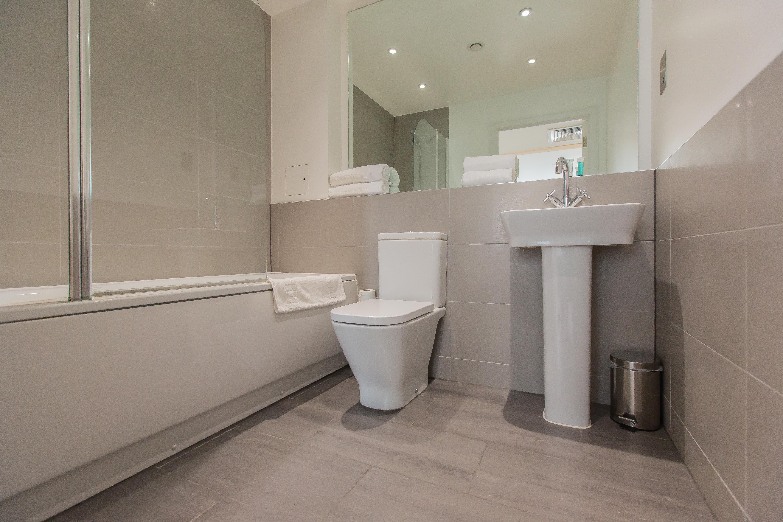 BATHROOM LIMEHOUSE. #appleapartments #servicedapartments #limehouse #ldn #luxurylondon #luxlondon #bathroom #luxurybathrooms #luxbathroom #modern #neutral #shower #beautiful #interior #love