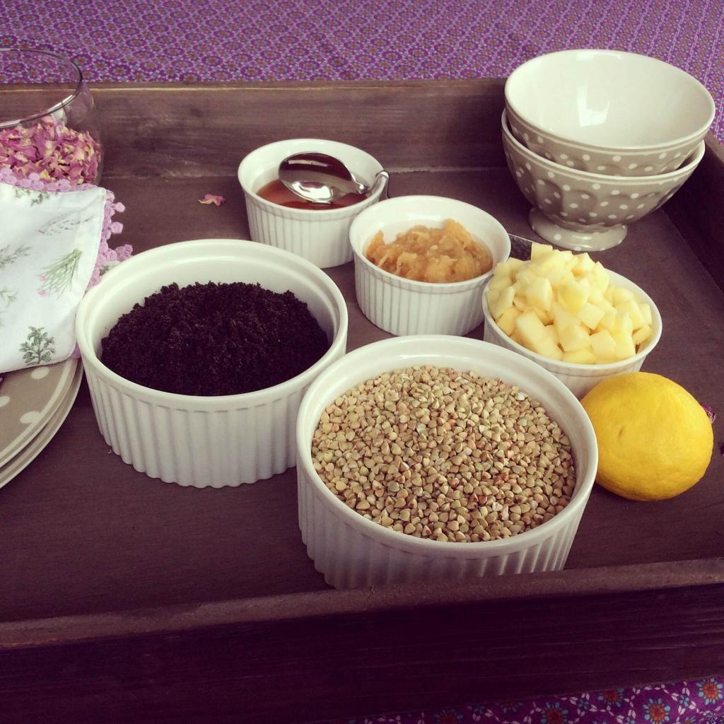 Jednoduchá maškrta v podobe pohánky s makom a jabĺčkom (recept)