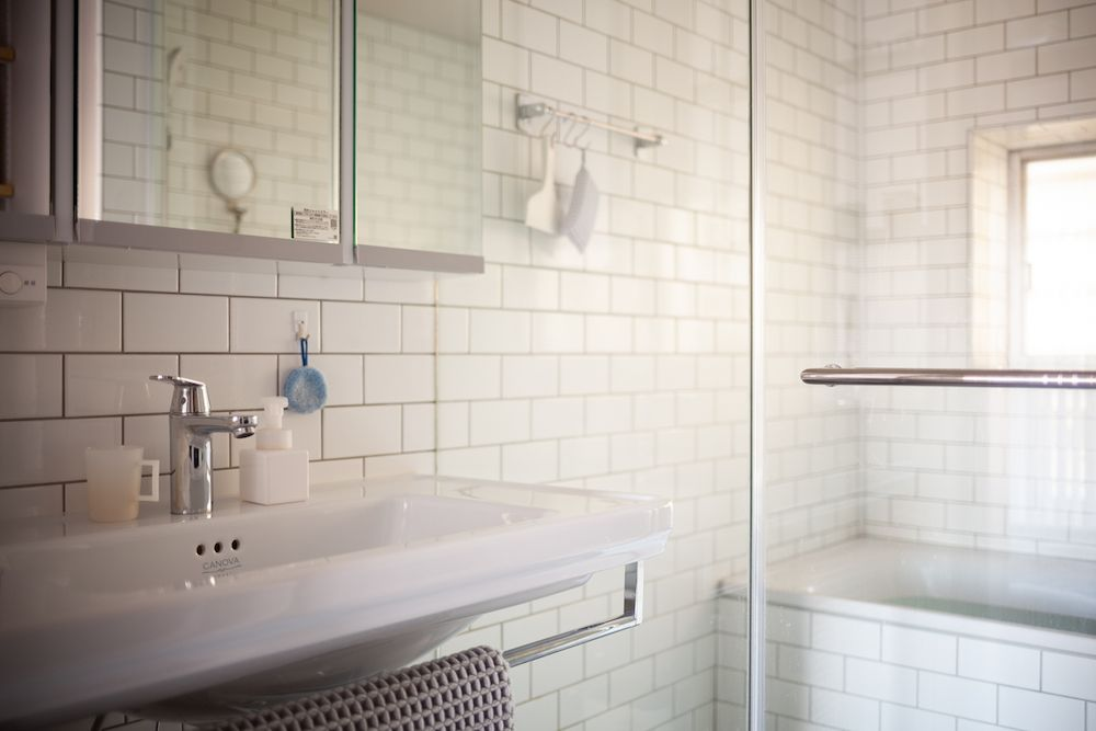 洗面とバスルームは ガラスで間仕切りされています 壁はメトロタイプ