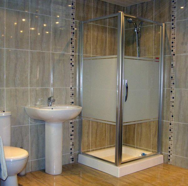 Badezimmer Mit Einer Kleinen Duschkabine Und Großen Fliesen