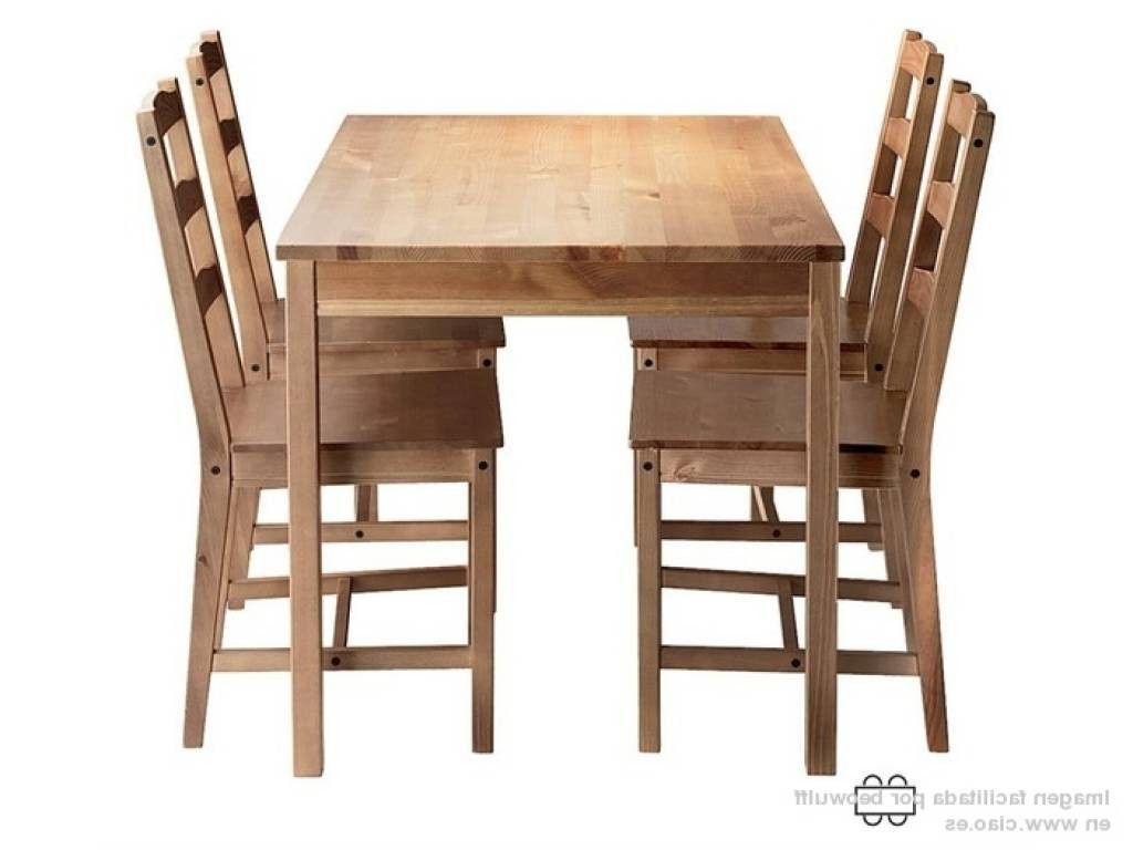 mesa y sillas de madera natural