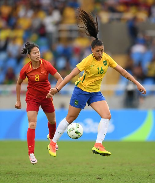 Rio2016 Beatriz Of Brazil In Action Against Ruyin Tan Of China During The Women U0026 39 S Football