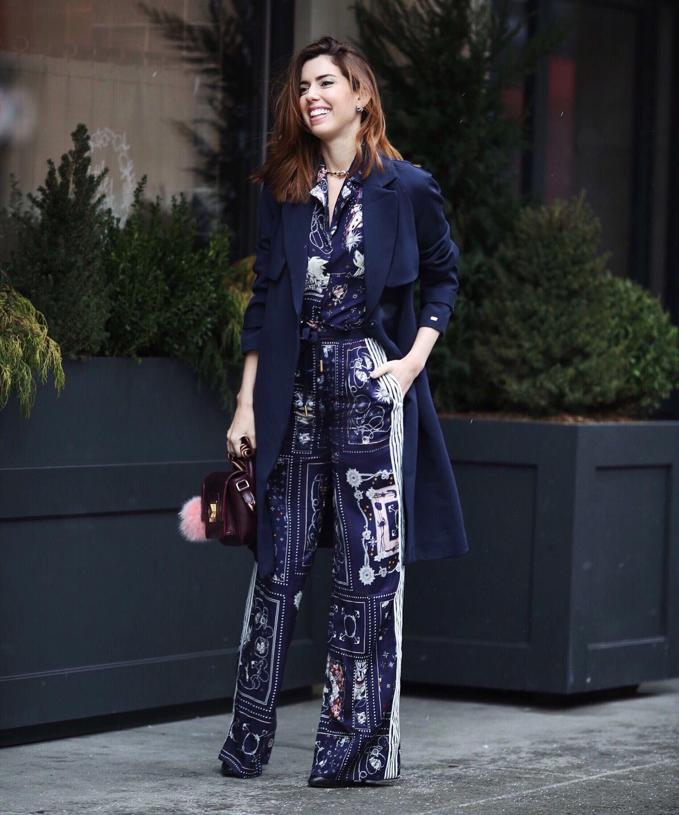 Em Nova York, Camila Coutinho faz um look de inverno em tons de azul. Ela combinou o macacão estampado soltinho com um sobretudo azul marinho e, para contrastar, uma bolsa marrom envelhecida.