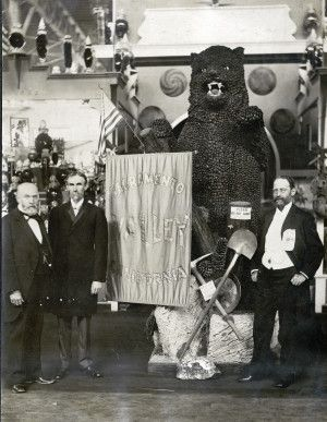 Sacramento Valley Exhibit in the California section of the Palace of Agriculture at the 1904 World's Fair. Mr. Filcher, Mr. Wiggins, and Governor Pardee of California pictured.