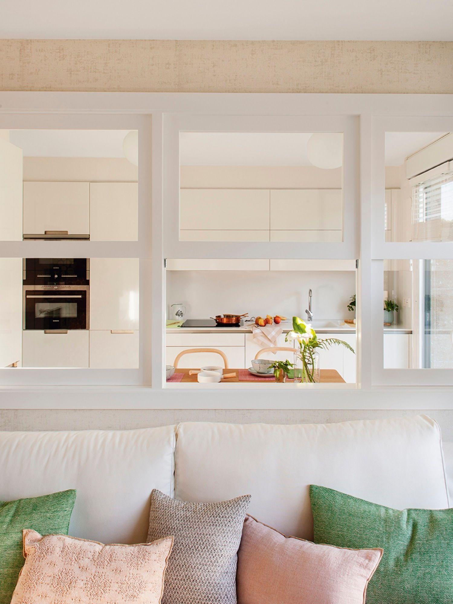 Cocina abierta al salón con una ventana con cuarterones | El comedor ...