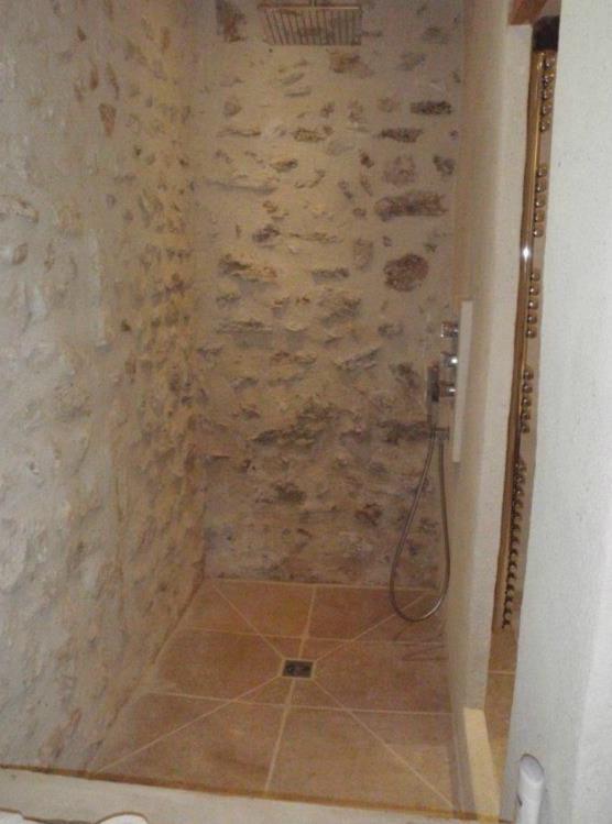 douche italienne avec murs en pierres