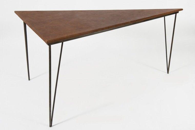 Parfaite répartition du métal et du cuir sur cette table de bureau
