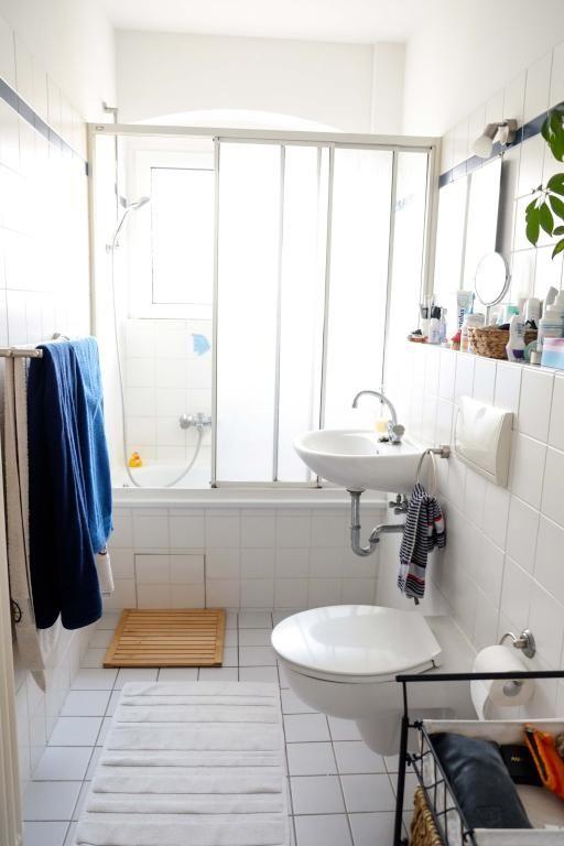 Helles Badezimmer in weiß mit Fliesenboden und Badewanne sowie - badezimmer badewanne dusche