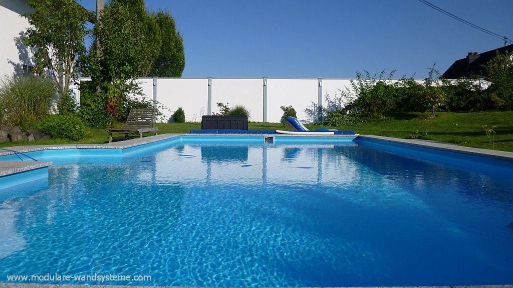 Sicht- und Windschutzwand am Pool