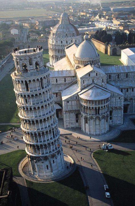 La Torre de Pisa o Torre inclinada de Pisa (en italiano: Torre pendente di Pisa) es el campanario de la Catedral de Pisa. Fue construida para que permaneciera en posición vertical pero comenzó a inclinarse tan pronto como se inició su construcción en agosto de 1173.