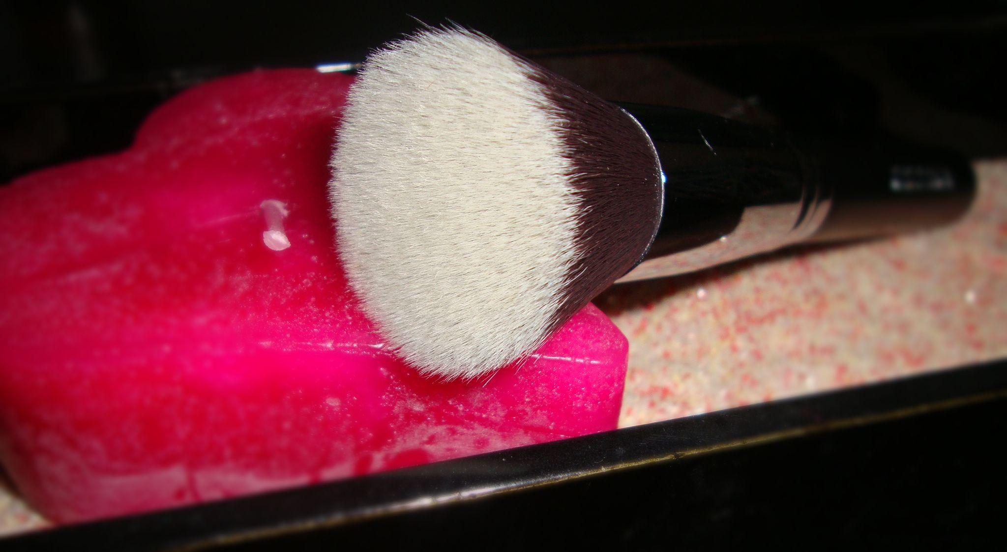Kabuki Pinsel...was ist das? Ursprünglich wurden diese Pinsel für das spezielle Make-up der Schauspieler des japanischen Kabuki-Theater verwendet. Aber schließlich breitete sich der Pinsel in den 5...