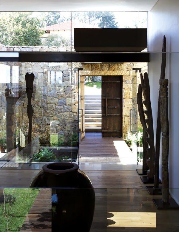 Paredes de cristal y muros de piedra para otorgar calidez y confort a una vivienda de Johanesburgo | #piedra #arquitectura #exteriordesign #decoracion
