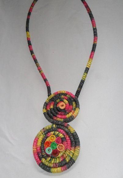 Colar de corda revestido com fita mesclada colorida. Medalhões de corda revestidos com a mesma fita. Aplicação de flor de quilling R$ 20,00