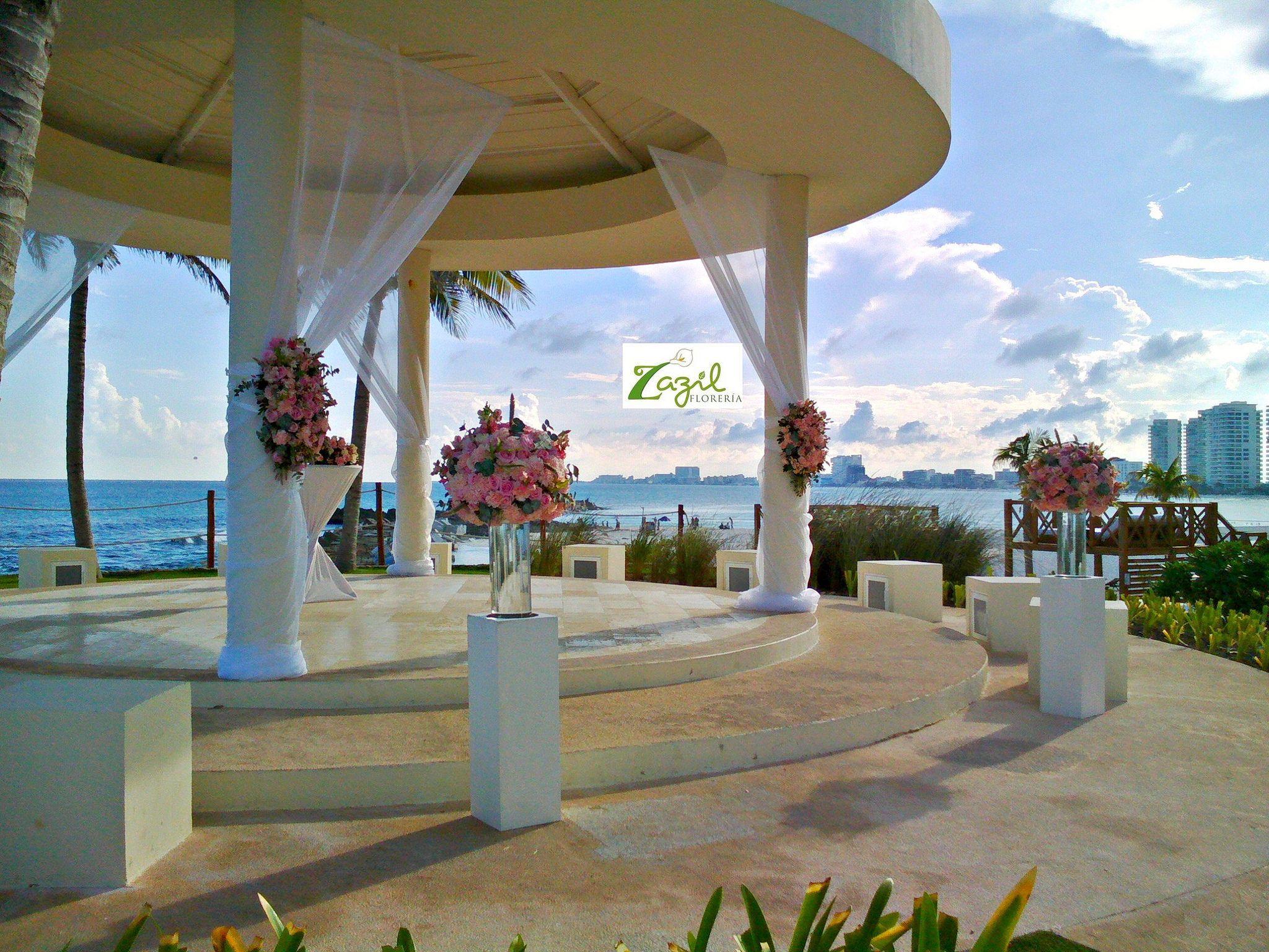 Diseño floral  para bodas en Cancún   Decoración de ceremonias en la playa, gazebos, iglesias, salones, terrazas..... www.floreriazazil.com Info: ventas@floreriazazil.com