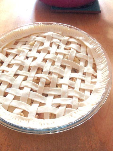 おやつにアップルパイを作ってみたものの、いつもの簡単バージョンとは違い編み込むのに一苦労(^^;;初めてにしては頑張った!コツとかあるのか…作る前に調べれば良かったな。 - 10件のもぐもぐ - アップルパイ by ekianti