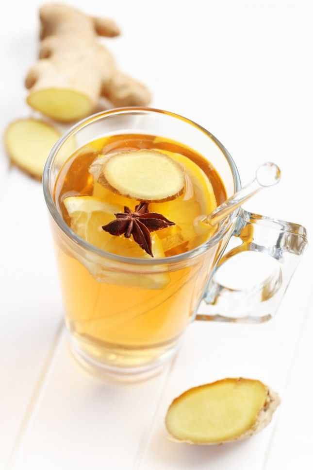 Tisana allo zenzero e limone brucia-grassi. Lo zenzero attiva infatti il metabolismo ma è anche un prezioso aiuto per tenere lontano i malanni che arrivano con i primi sbalzi di temperatura. Portate a ebollizione l'acqua e immergeteci tre fettine di zenzero fresco, un peperoncino, il succo e la buccia di mezzo limone. Lasciate in infusione per 10 minuti: versate nella tazza, addolcitela con due cucchiaini di miele e bevetela.