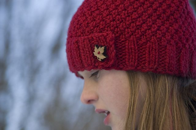 """Ravelry: moss stitch hat pattern by Erin Anton, Free Bulky / 12 ply (7 wpi) ? 16 stitches = 4"""" in moss stitch US 9 - 5.5 mm 128 yards (117 m) Sizes available: one size"""
