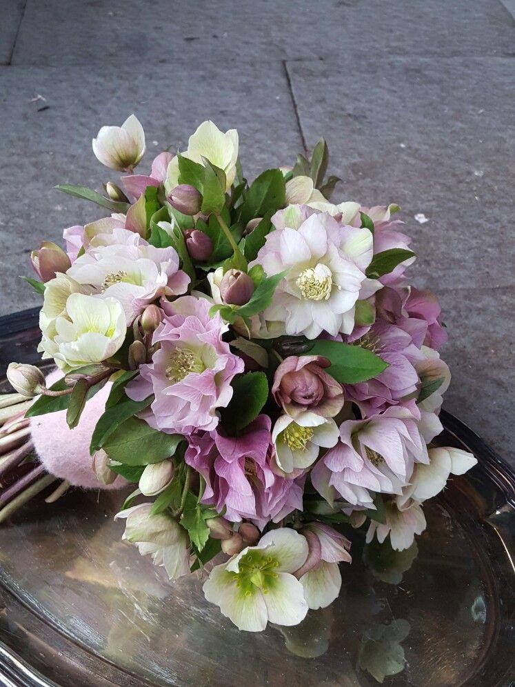Brautstrauss Fruhlingshaft Aus Christrosen Wedding Hochzeit