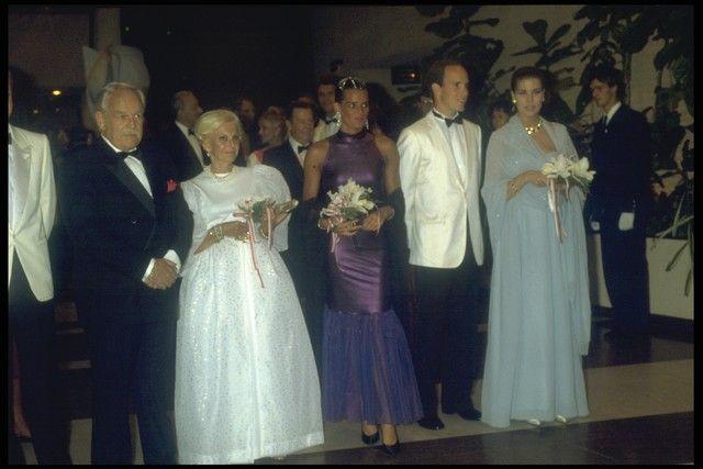 """RED CROSS BALL 1987. O vestido pode muito bem ser descrito como """" um vestido de sonho"""" e observe que não há excesso algum, ao contrário. A cor é suave, a modelagem discreta, mas o efeito magnífico!É A MULHER MAIS ELEGANTE DO MUNDO! NÃO TEM PARA MAIS NINGUÉM!"""