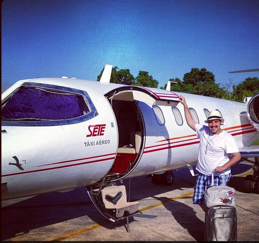 Tiago Abravanel viaja de táxi aéreo para curtir Fortaleza