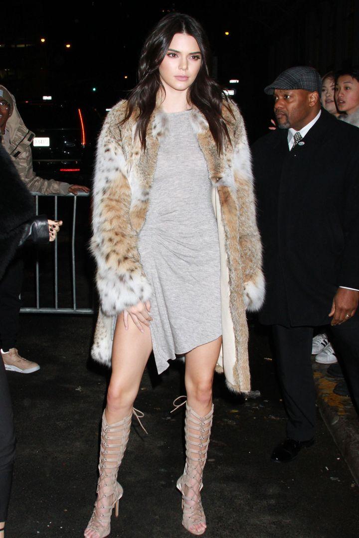 Kendall Jenner. Seleccionamos los 80 mejores looks de la top model del momento. Estilismos tanto de día como de noche perfectos para copiar.                                                                                                                                                     Más