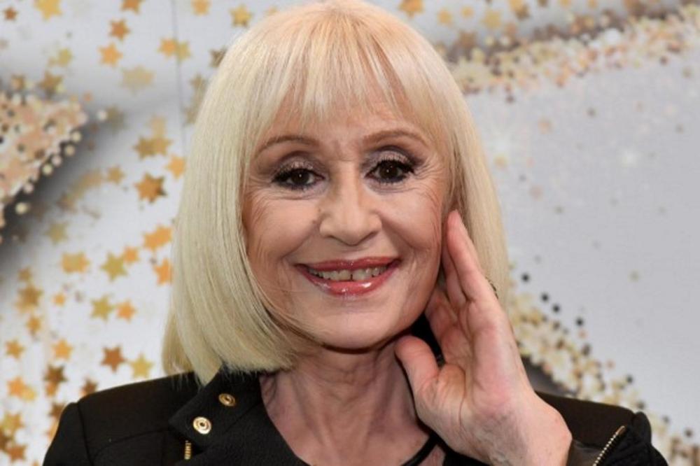 Raffaella Carrà mostra i suoi capelli naturali: rossissimi ...