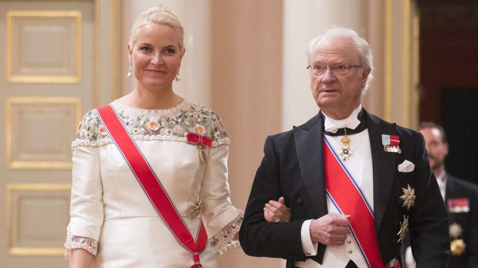 TRENDY: Mette-Marit hadde ny kjole for anledningen da kongeparet arrangerte gallamiddag på slottet,9. mai 2017. Foto: Håkon Mosvold Larsen / NTB scanpix