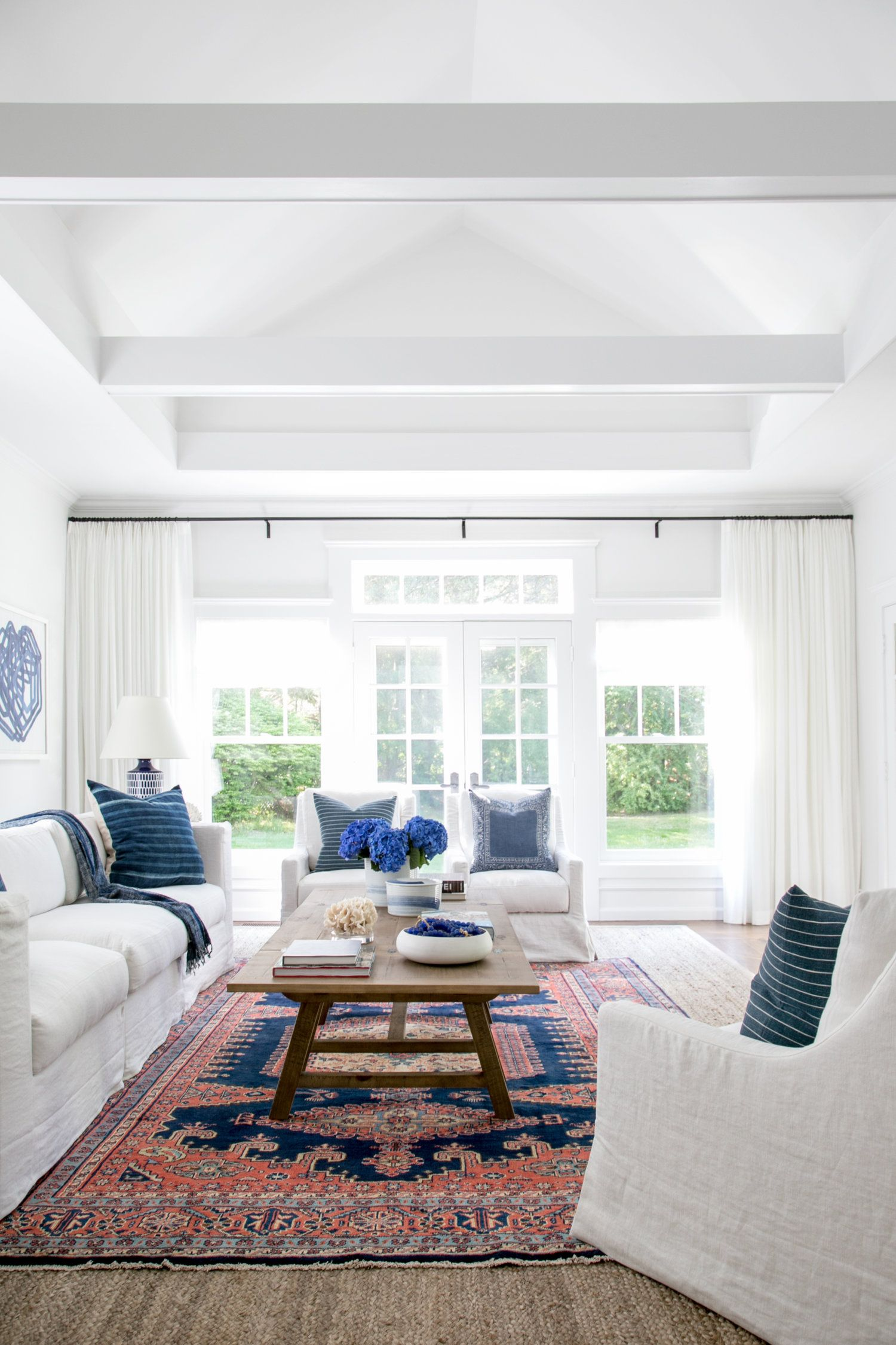 Drawn to the blue and orange rug with neural sofas 03 - Chango & Co ...