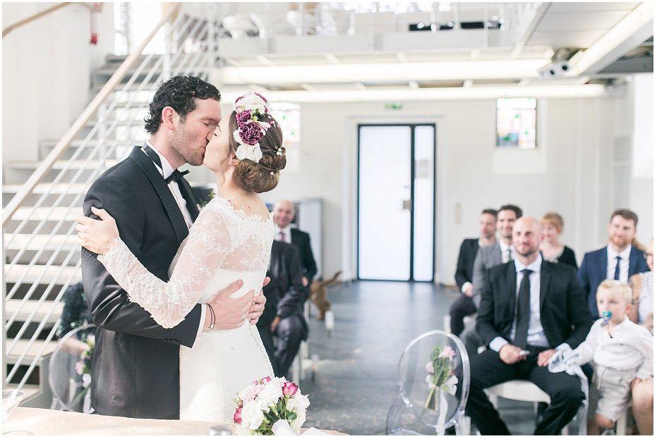 Kirchliche Trauung, schwarzer Anzug, schwarze Fliege, Brautkleid, Blumenkranz, Braut und Bräutigam, Foto: Violeta Pelivan