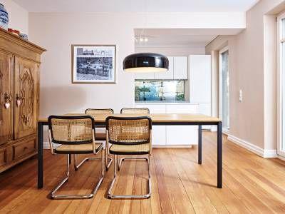 ein sch nes ensemble bilden der esstisch s 600 mit massiver eicheplatte und die freischwinger. Black Bedroom Furniture Sets. Home Design Ideas