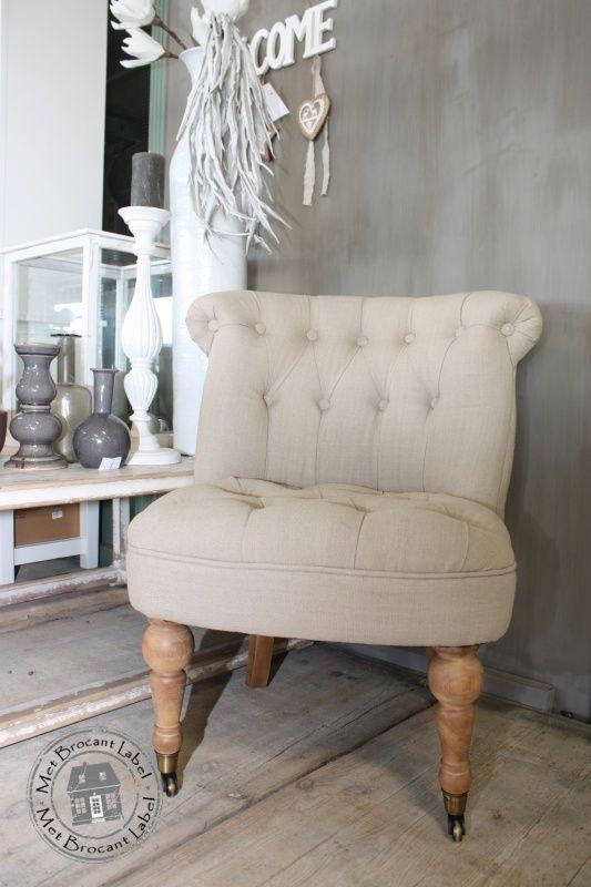 Gecapitonneerd fauteuiltje met wieltjes roomwit
