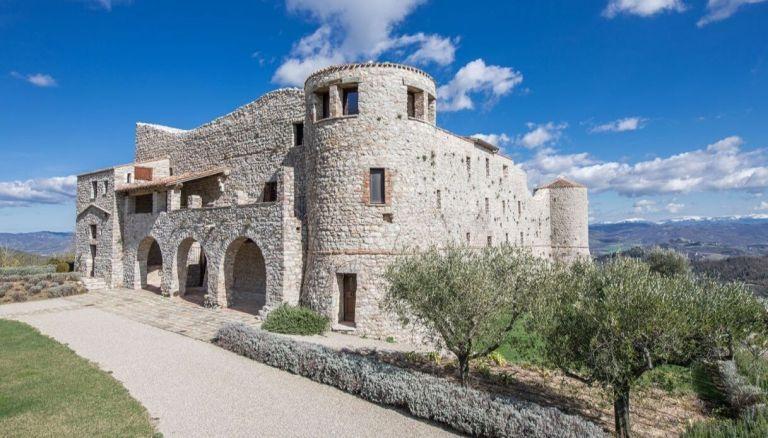 Umbria il Castello di Procopio conquista Fedez e Chiara