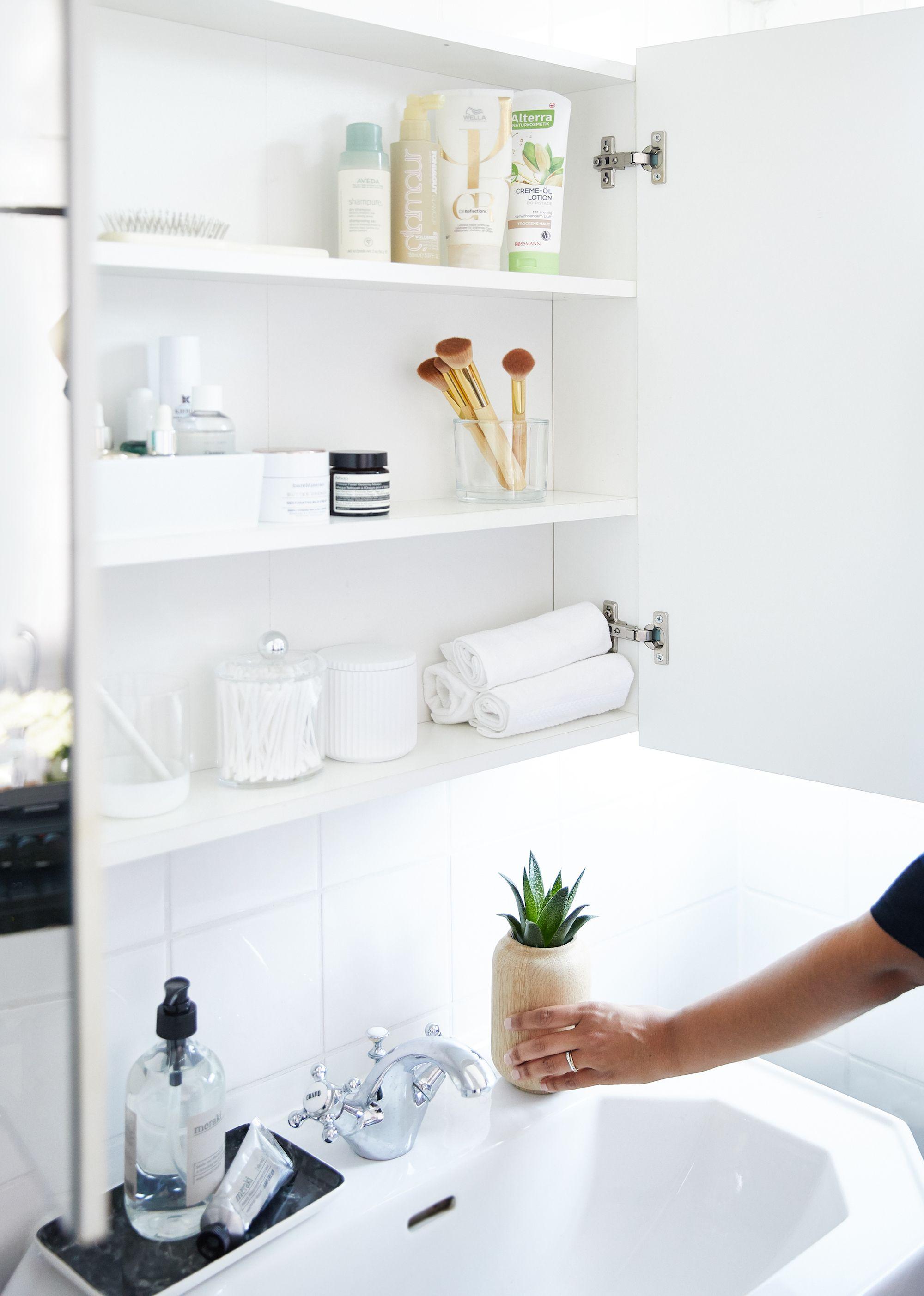 Unsere Tipps Fur Einen Organisierten Badschrank 1 Nur Produkte Fur Den Taglichen Gebrauch Im Spiegelschrank Platzie Badaccessoires Badschrank Spiegelschrank