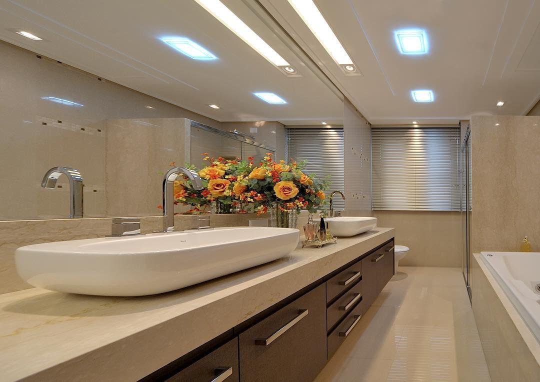 Banheiro Master Com Mármore Crema Marfil E Revestimentos