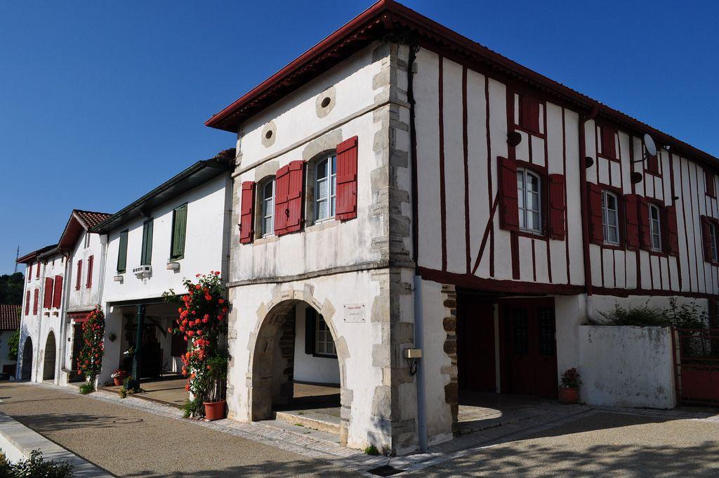 Maisons de style labourdin, La Bastide-Clairence, Basse-Navarre - peinture de facade maison