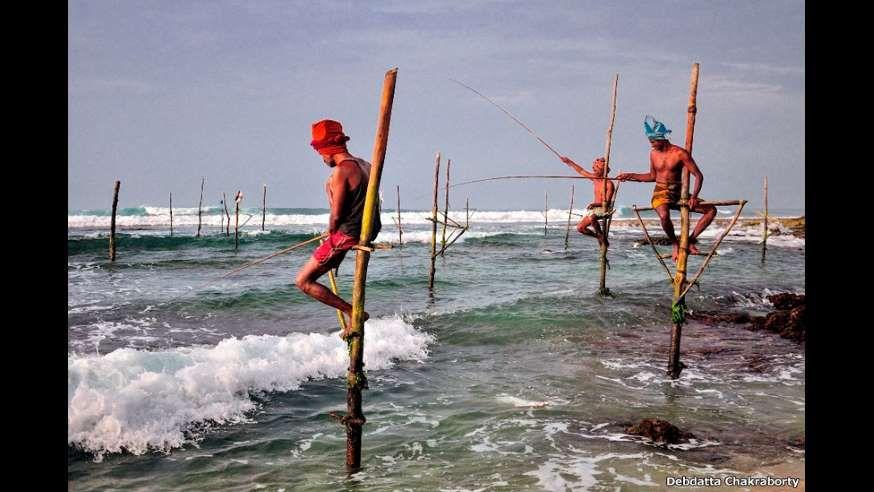 Debdatta Chakraborty registrou os pescadores do sul do Sri Lanka, que costumam trabalhar do alto de ... - Fornecido por BBC Brasil