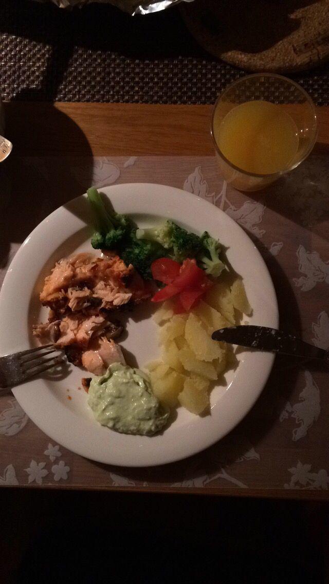 5/10, 19.15. Lax, potatis, sås, broccoli och juice.