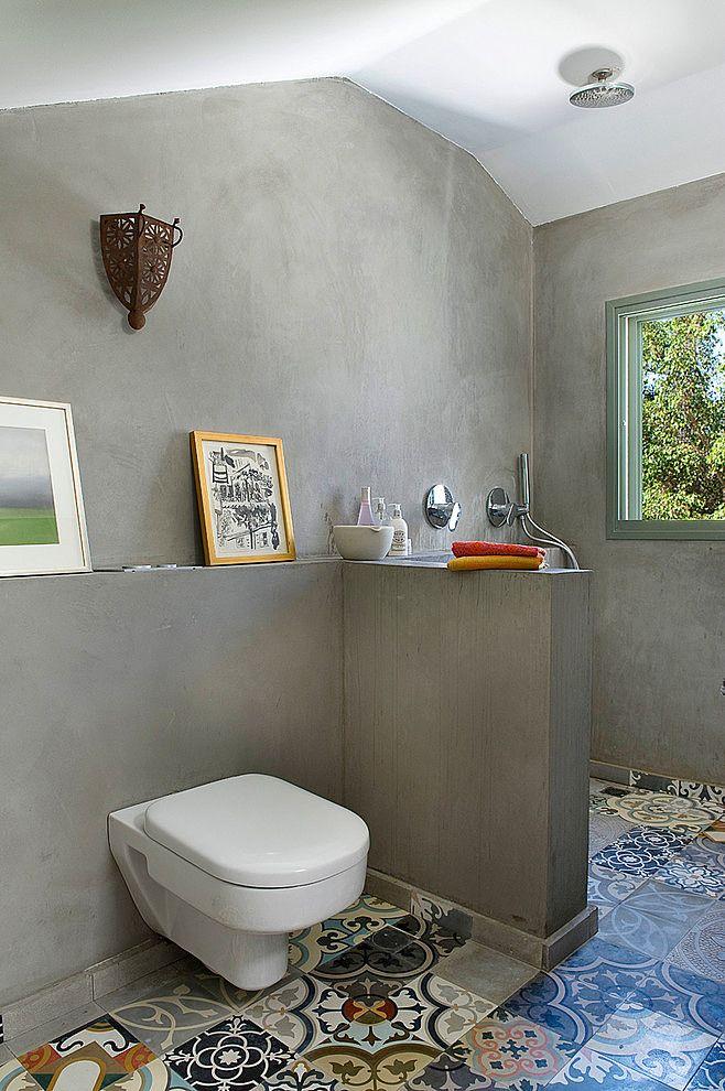 Baño en microcemento y suelo de baldosas hidraúlicas. House N by Dana Gordon Roy…