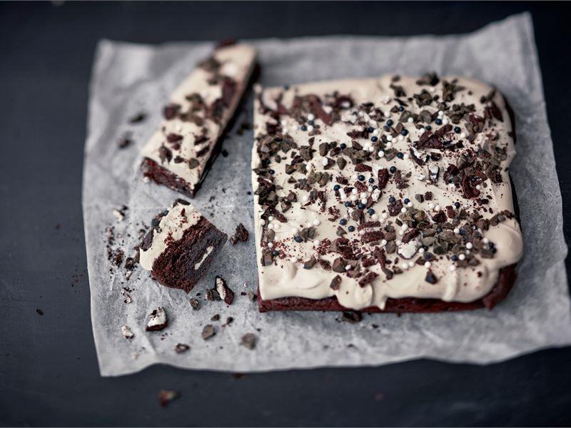 Mehevän suklaisen brownien sisään upotetut Oreo-keksit tuovat mielenkiintoa tämän leivonnaisen rakenteeseen. Kokonaisuuden kruunaa leivoksen päällä oleva lakritsihuntu.