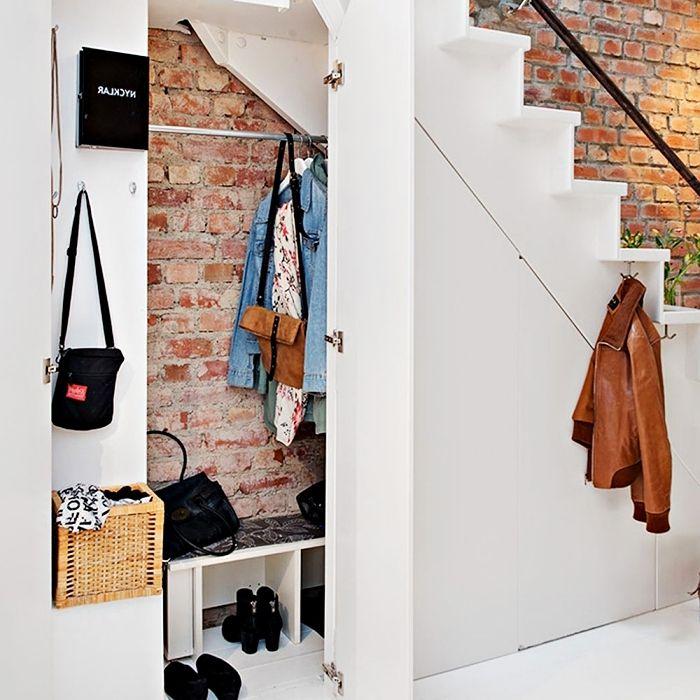 Déco Industriel Aux Murs Briques Avec Meuble Chaussure Sous Escalier à  Design Minimaliste Blanc