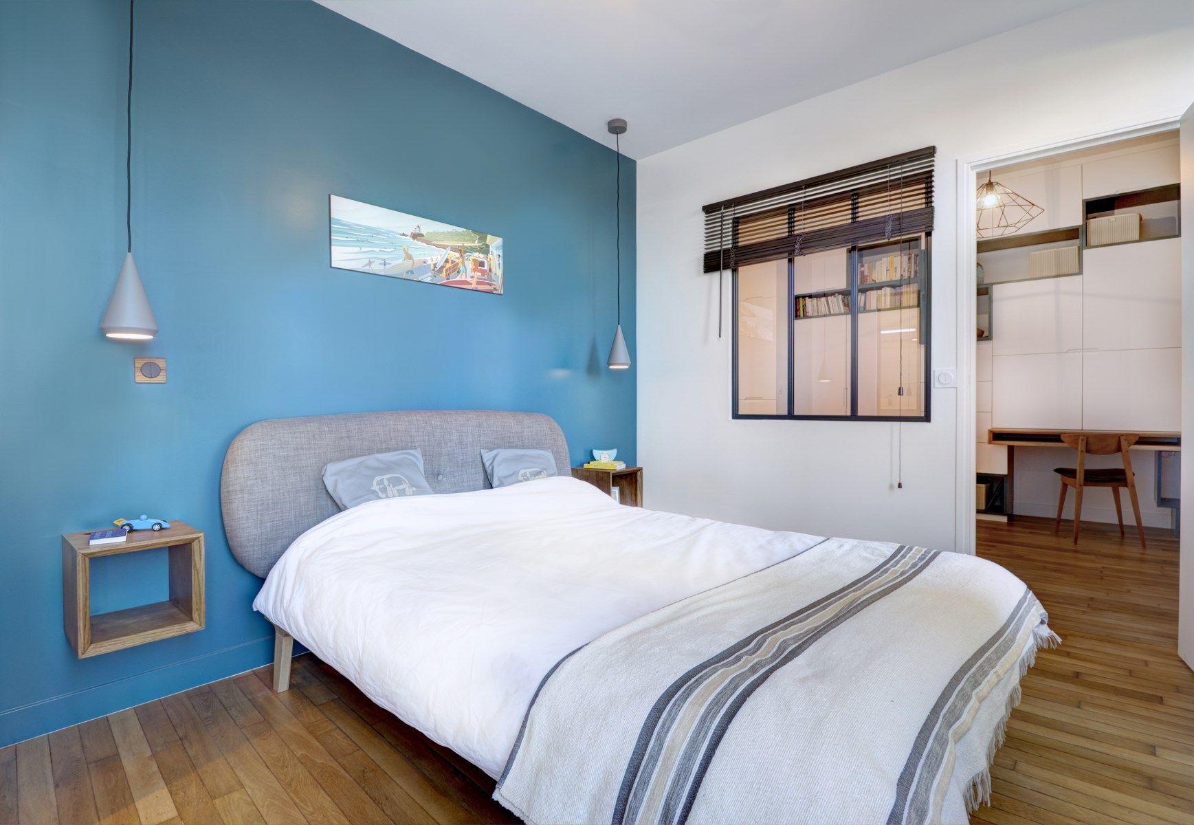 Une chambre aux notes ann es 50 avec verri re chevet suspendu lit la redoute et mur bleu - Renovation chambre adulte ...