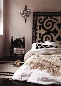 Hochwertig Schlafzimmer Ideen Im Boho Stil_kleines Schlafzimmer Gestalten Mit  Schwarzer Holzfußboden Und Bettkopfteil In Boho Chic Style