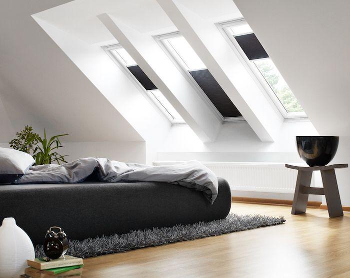 Dachgeschoss Einrichten Helles Zimmer Schlafzimmer Mit Viel Natürlichem  Licht Schwarzes Bett Fenster Hocker Vasen Deko Grauer