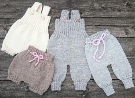 Det skønneste babytøjfra By Amstrup i lækker økologisk uld. Du får 4 opskrifter i én: Overalls, Bloomers, Romber og Bukser ... Størrelser: (0) 3 (6) 12 (24) mdr. Garn: M&K Eco Baby Ull. Løbelængde: 25 gr. = 83m Forbrug:  Overalls (125) 125 (150) 250 (350) g  Bukser (75) 100 (100) 125 (150) g  Romber (50) 75 (75) 100 (125) g  Bloomers (50) 50 (75) 75 (100) g Garnalternativ: Drops Baby Merino...