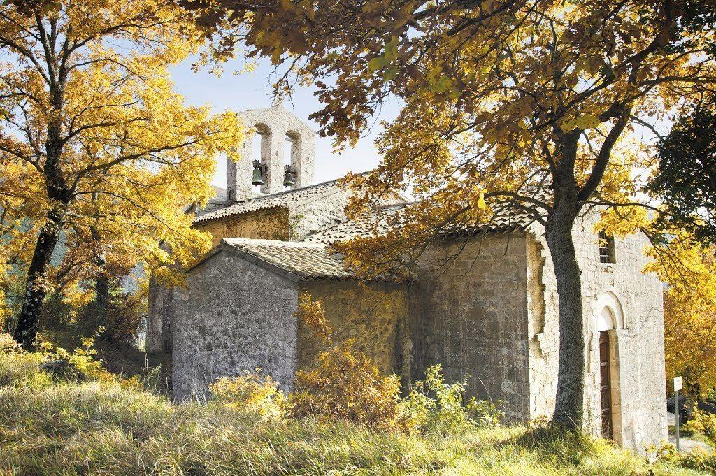 Paterno di Vallo di Nera e la pieve di San GiustoOgni anno il tre maggio in un piccolissimo paese della Valnerina, Paterno frazione di Vallo di Nera, si festeggia il patrono San Giusto. Durante questa giornata i diciotto abitanti del borgo agricolo tornano...