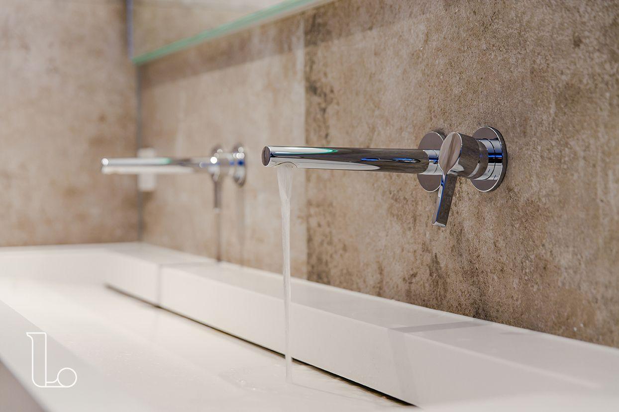 Stijlvolle inbouw kranen in een badkamer met natuurlijke ...