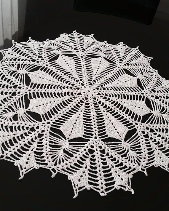 Hermoso tapete redondo de crochet blanco nuevo. Hecho de un tamaño d ...