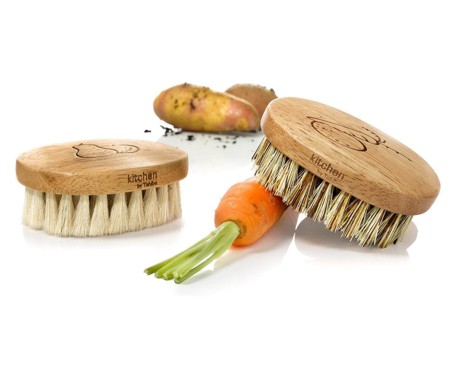 6,95 € Pár, s ktorým ľahko odstránite špinu. Súprava obsahuje mäkkú kefku napríklad na jablká, hrušky, huby a mäkkú zeleninu a tvrdú kefku na čistenie napríklad mrkvy a zemiakov. Oválne drevené držadlo s razením sa dobre drží v ruke.