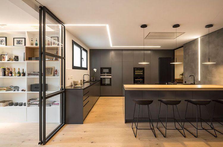 Helles Holz und Anthrazitgrau in der modernen, offenen Küche ...